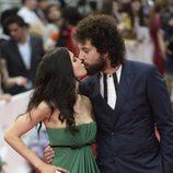 Nerea Barros y Juan Ibáñez se dan un beso en el Festival de Málaga 2015