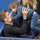 Gerard Piqué con su hijo Milan en la final del Torneo Conde Godó 2015