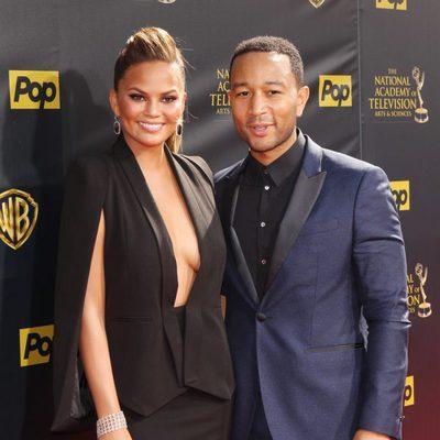 John Legend con su mujer Chrissy Teigen en la gala de los 'Daytime Emmys' 2015