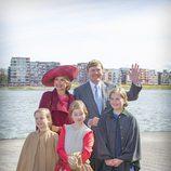 Guillermo Alejandro y Máxima de Holanda con sus hijas Amalia, Alexia y Ariane en el Día del Rey 2015