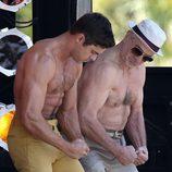 Zac Efron y Robert De Niro marcando músculos en 'Dirty Grandpa'