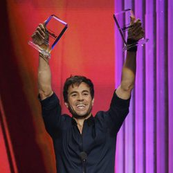 Enrique Iglesias recibiendo uno de los galardones de los Billboard Latin Music Awards 2015