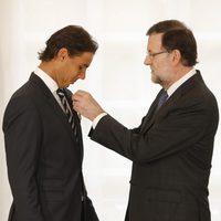 Mariano Rajoy entregando la Medalla de Oro al Mérito en el Trabajo a Rafa Nadal