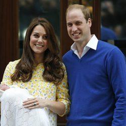 El príncipe Guillermo y Kate Middleton con su hija a la salida del hospital