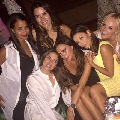 Victoria Beckham acompañada de Eva Longoria, Emma Bunton, Melanie C. y otras amigas en el cumpleaños de su marido