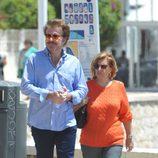 María Teresa Campos y Bigote Arrocet paseando por Málaga en el puente de mayo