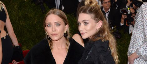 Mary-Kate y Ashley Oslen en la alfombra roja de la Gala del Met 2015