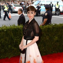 Lily Collins en la alfombra roja de la Gala del Met 2015