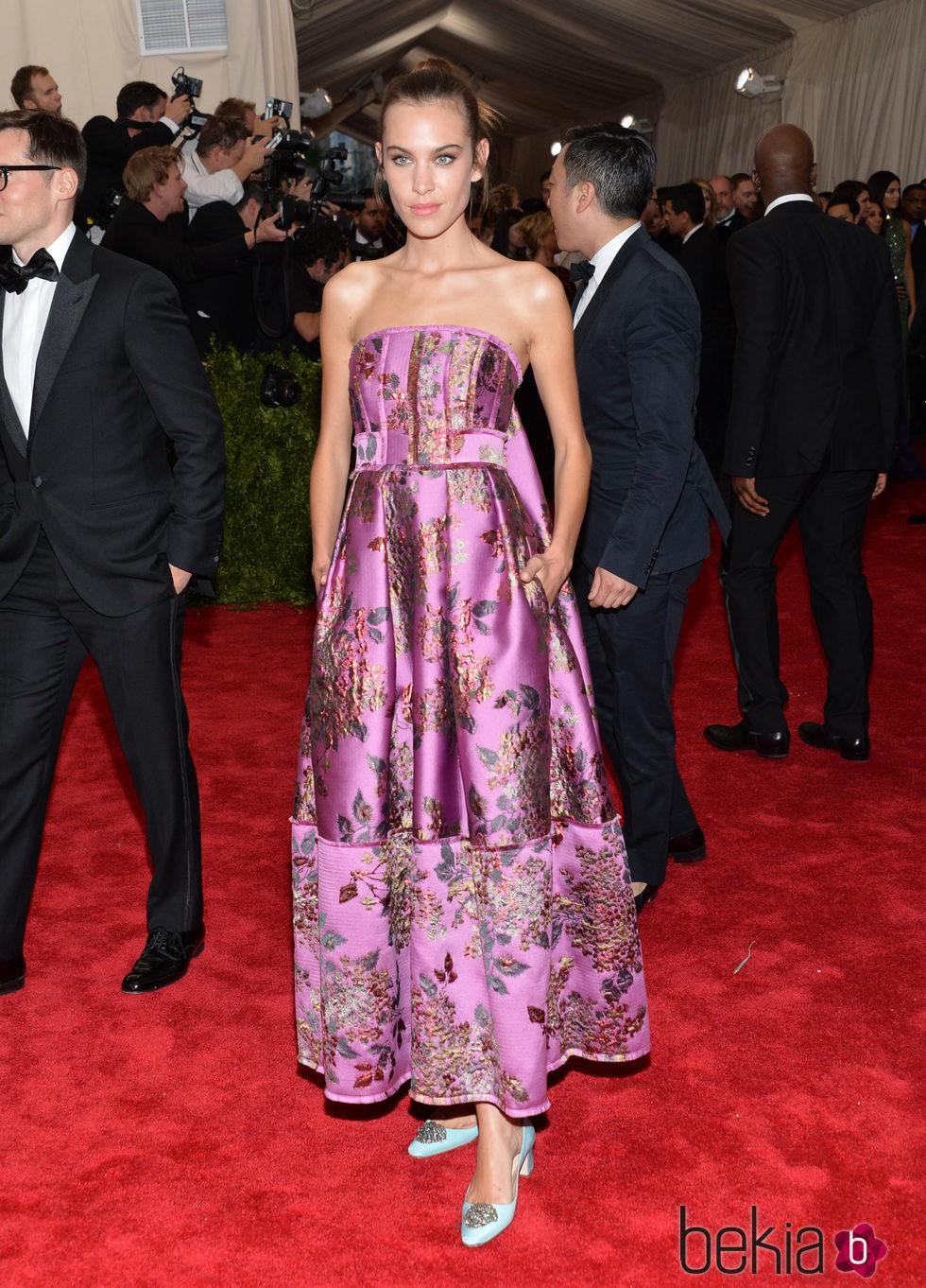 Alexa Chung en la alfombra roja de la Gala del Met 2015