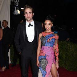 Robert Pattinson y su novia FKA en la gala MET 2015