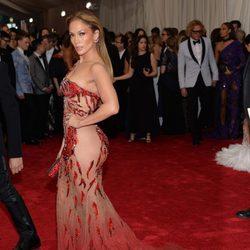 Jennifer Lopez en la alfombra roja de la Gala del Met 2015