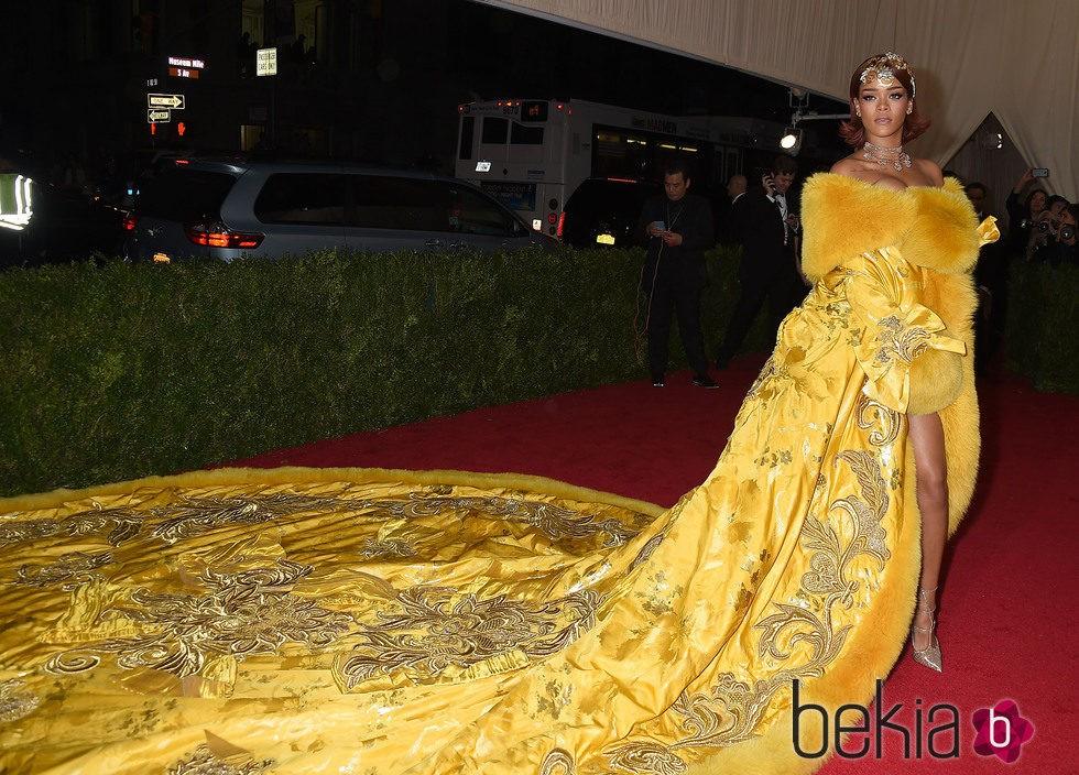 Rihanna en la alfombra roja de la Gala del Met 2015