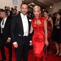 Rita Ora y Tom Ford en la alfombra roja de la Gala del Met 2015