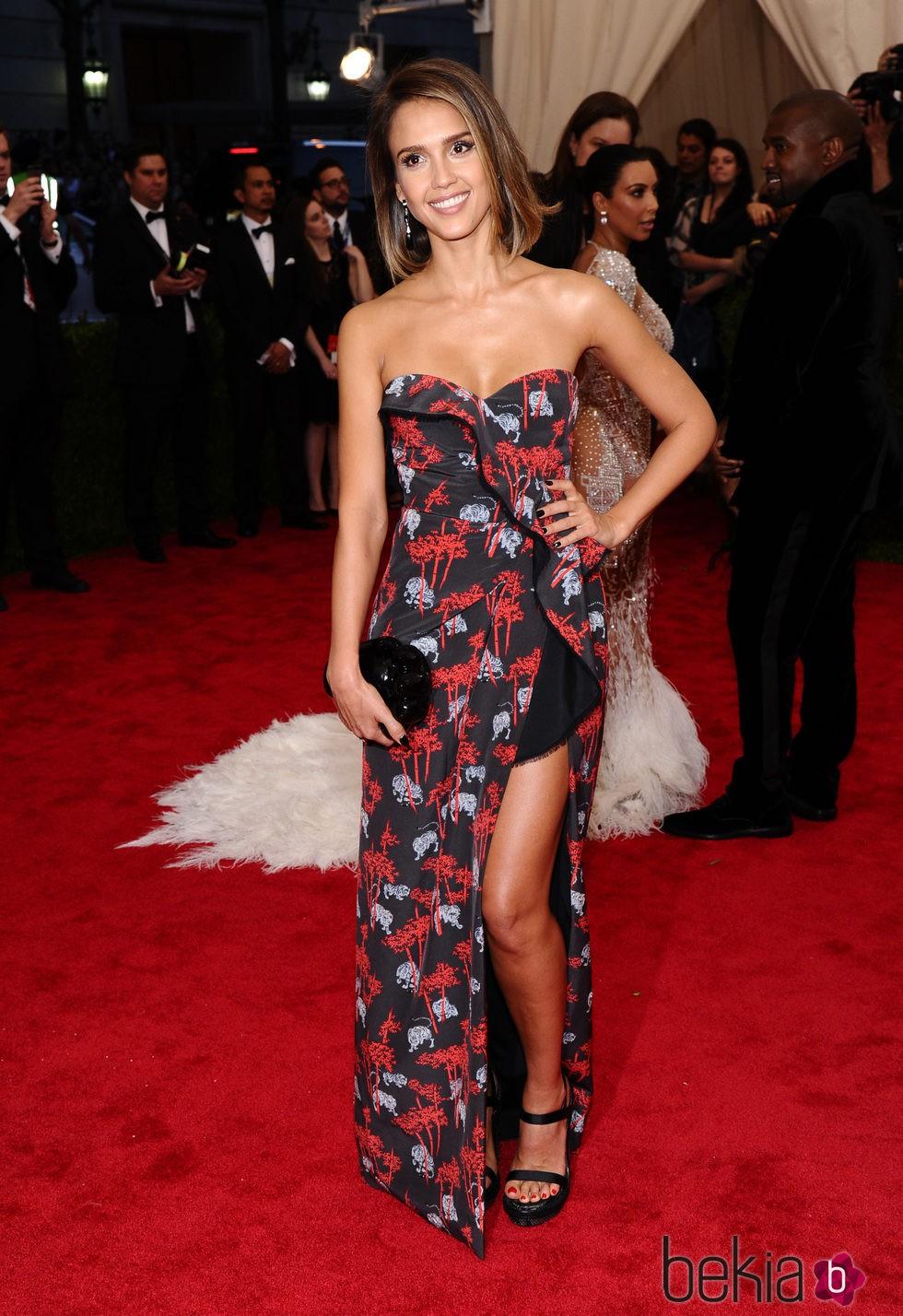 Jessica Alba en la alfombra roja de la Gala del Met 2015