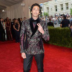 Adrien Brody en la alfombra roja de la Gala del Met 2015