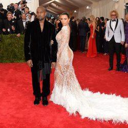 Kim Kardashian y Kanye West en la alfombra roja de la Gala del Met 2015