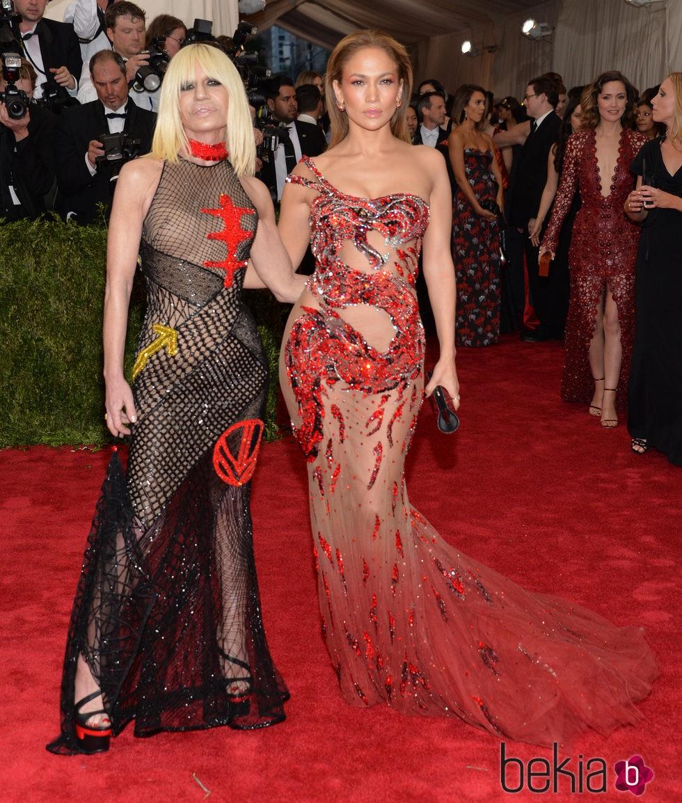 Jennifer Lopez y Donatella Versace en la alfombra roja de la Gala del Met 2015