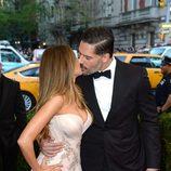 Sofía Vergara y Joe Manganiello besándose en la Gala del Met 2015