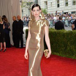 Anne Hathaway en la alfombra roja de la gala MET 2015