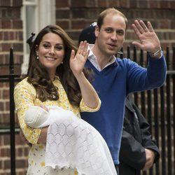 Los Duques de Cambridge saludando en la presentación de su hija la Princesa Carlota