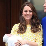 Kate Middleton presentando a su hija la Princesa Carlota a la salida del hospital