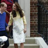 El Príncipe Guillermo y Kate Middleton abandonan el hospital con su hija la Princesa de Cambridge
