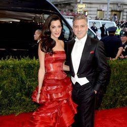 George Clooney y su mujer Amal Alamuddin en la gala MET 2015