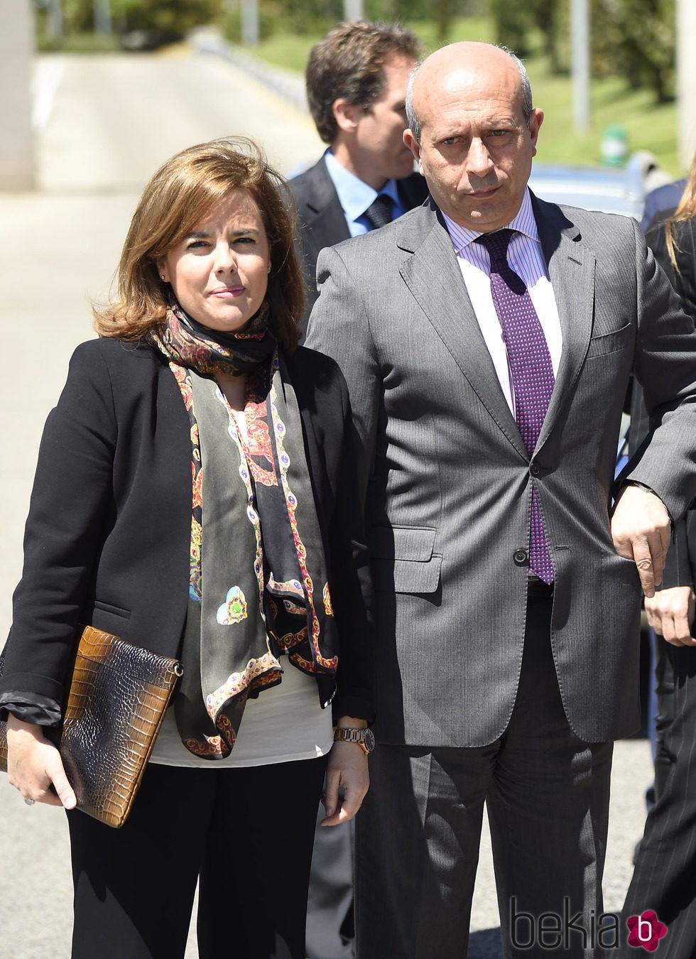 Soraya Sáenz de Santamaría y José Ignacio Wert en la capilla ardiente de Jesús Hermida
