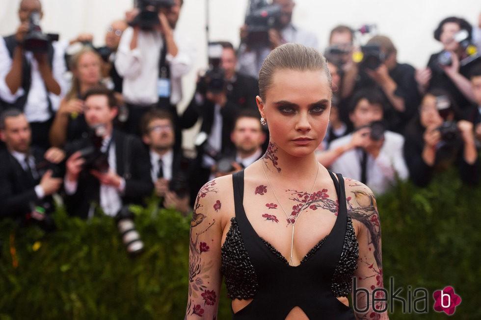 Cara Delevingne y sus tatuajes para la gala MEt 2015