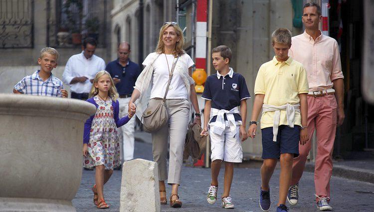 La Infanta Cristina e Iñaki Urdangarín con sus hijos en Ginebra