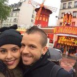 Cristina Pedroche y David Muñoz posan frente al Moulin Rouge en París