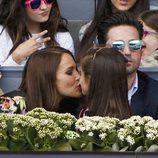 Paula Echevarría besa a su hija Daniella junto a David Bustamante