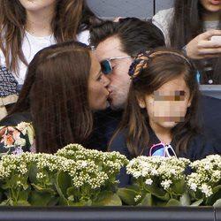 Paula Echevarría y David Bustamante besándose delante de su hija Daniella