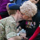 El Príncipe Harry recibe un beso de una anciana en Sydney
