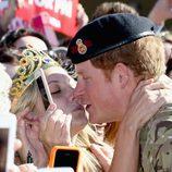 Victoria McRae intenta besar en los labios al Príncipe Harry en Sydney