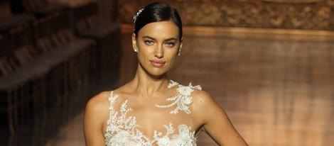 Irina Shayk desfila con un vestido de Pronovias en la Barcelona Bridal Week