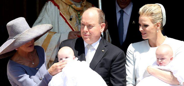 La Princesa Carolina, Alberto y Charlene de Mónaco con sus hijos Jacques y Gabriella en su bautizo