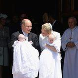 Los Príncipes de Mónaco con sus hijos Jacques y Gabriella en su bautizo