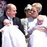 Alberto y Charlene de Mónaco se miran embelesados junto a sus hijos Jacques y Gabriella en su bautizo