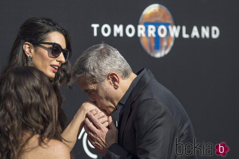 George Clooney besa la mano de su esposa, Amal Alamuddin, durante la premiere de 'Tomorrowland'