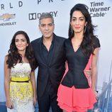 George Clooney y Amal Alamuddin, junto a la sobrina de ella, en la premiere de de 'Tomorrowland'