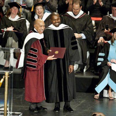 Kanye West recibiendo su título de doctorado honorífico en Chicago