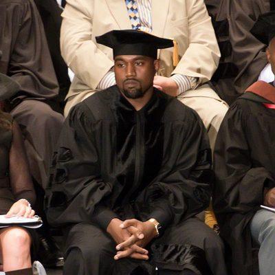 Kanye West con birrete en su graduación de doctorado