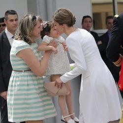 La Reina Letizia con una niña en la entrega de la Enseña Nacional a la Guardia Civil en Vitoria