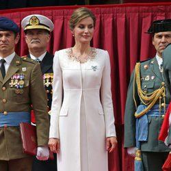 La Reina Letizia con el traje de la proclamación de Felipe VI en la entrega de la Enseña Nacional a la Guardia Civil