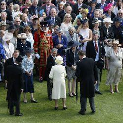 La Reina Isabell II y el Duque de Edimburgo saludan a los invitados la Garden Party