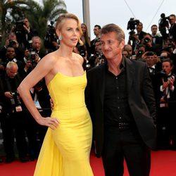 Charlize Theron y Sean Penn en el estreno de 'Mad Max: Furia en la carretera' en Cannes 2015