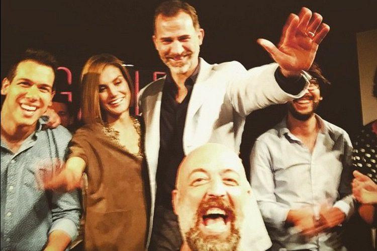 Los Reyes Felipe y Leticia se hacen un selfie con Goyo Jiménez en la final de FameLab 2015