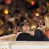 Charlize Theron y Sean Penn besándose en la gala Life Ball 2015