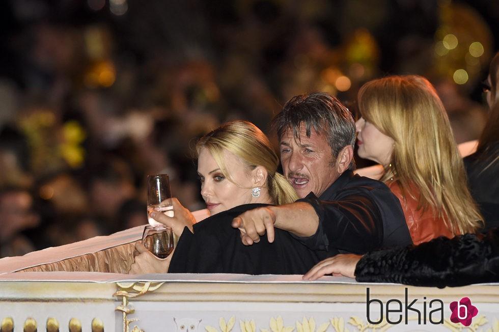 Charlize Theron y Sean Penn en la gala Life Ball 2015